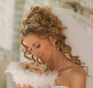 прически на средние кудрявые волосы на свадьбу