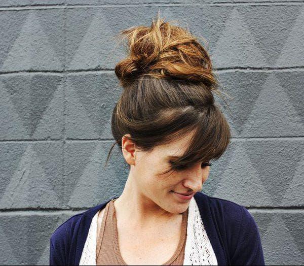 Прическа шишка с распущенными волосами