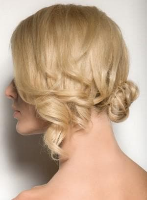 боковой узел с локонами на средние волосы
