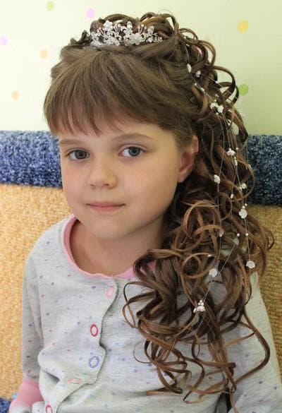 причёска кудри с диадемой в детский сад