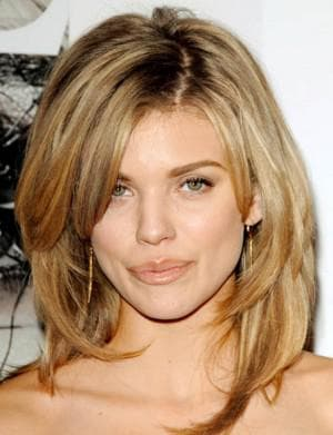 стрижка на средние ступенчатые волнистые волосы