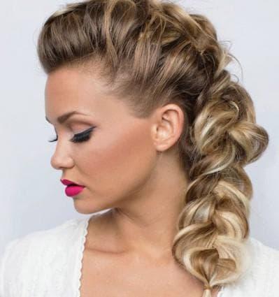 прическа с косой на бок на средние волосы