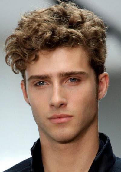 причёска на вьющиеся волосы у мужчины