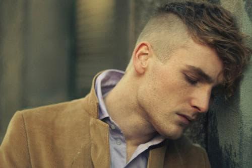 стрижка с выбритыми висками на волнистые волосы