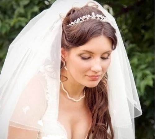 свадебная причёска в греческом стиле под фатой