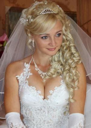 свадебная причёска с диадемой под фатой