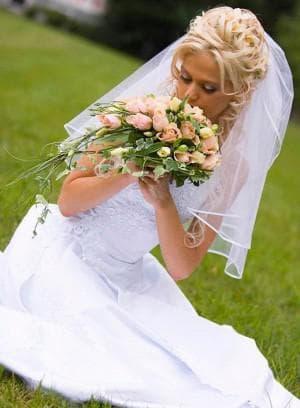 свадебная причёска с фатой и белыми волосами