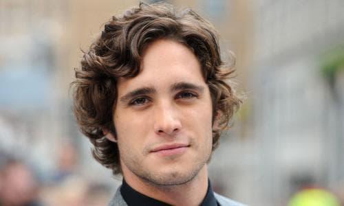 классическая укладка кудрявых волос у мужчин
