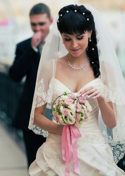 свадебные прически на длинные волосы с челкой и фатой