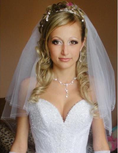 свадебные прически на длинные волосы с челкой и короткой фатой