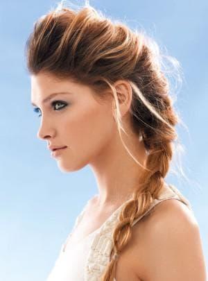 греческая прическа со смещением на одну сторону на средние волосы