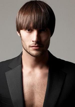 мужская причёска с прямой чёлкой