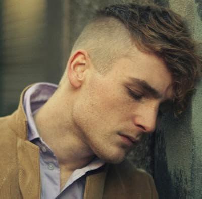 мужская причёска с выбритыми висками