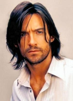 классическая мужская прическа с длинными волосами