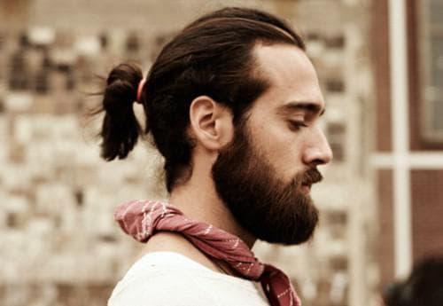 мужская прическа на длинные волосы с косой