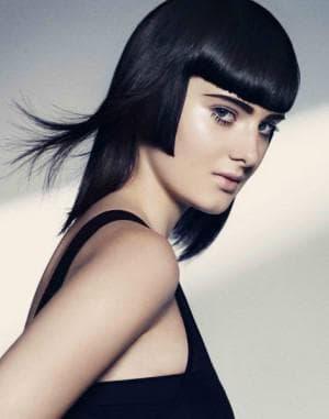 стрижка с ровным срезом для тонких волос средней длины