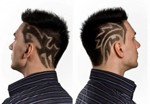 длинные мужские волосы с оголёнными висками и татуировкой