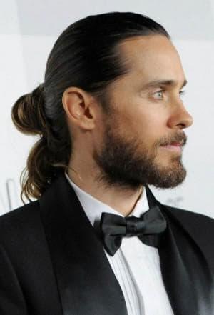 мужская прическа хвост с длинными волосами
