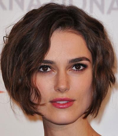 вьющиеся волосы и прямоугольное лицо