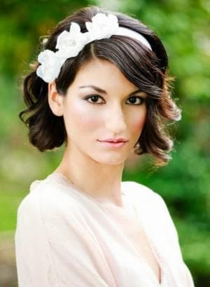 причёска греческая леди с чёлкой на средние волосы