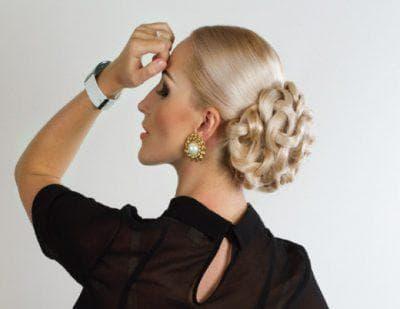 коса в форме узелков на средние волосы