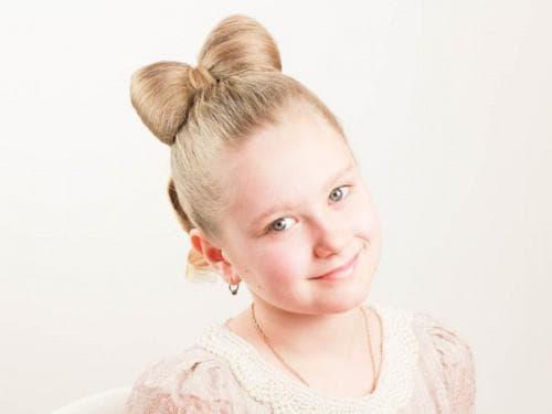 детская прическа с бантом на средние волосы
