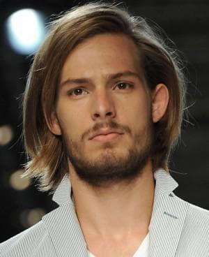 причёска для мужчин до плеч