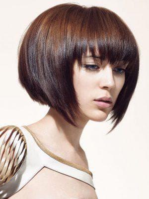 объёмный боб с прямой челкой на средние волосы