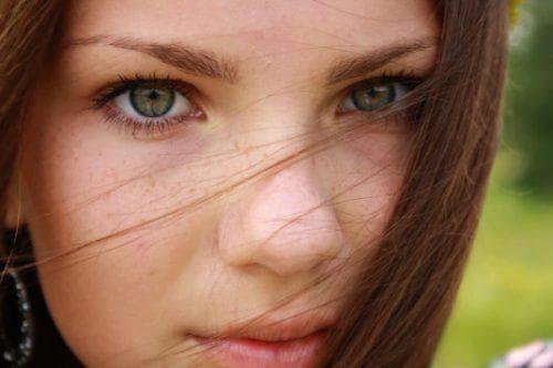 натуральные волосы с зелёными глазами