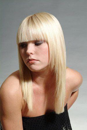 лесенка с прямой челкой на средние волосы