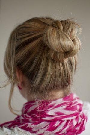 шишка с витыми прядками из волос с помощью бублика