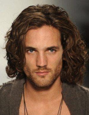 мужская романтическая стрижка на длинные волосы