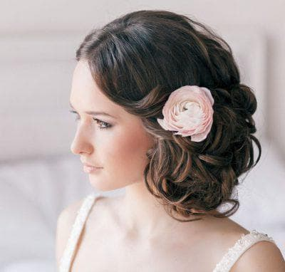 свадебная причёска с цветами средней длины