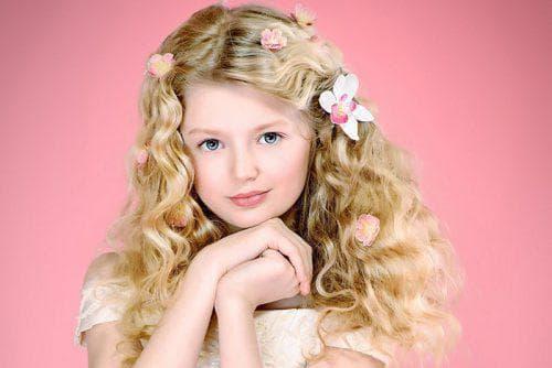 д детская причёска с накрученными локонами на длинные волосы