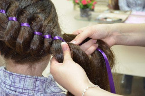 плетение косы с лентой из 3-х прядей