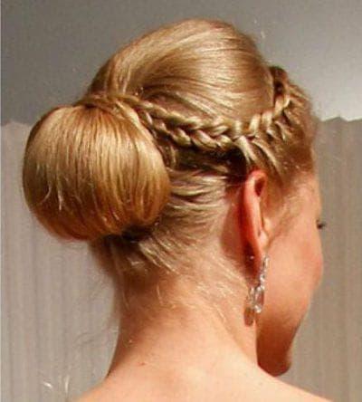 пучок и обратная коса с чёлкой на средние волосы