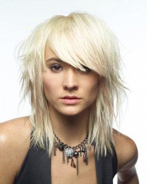 креативная женская стрижка лесенка на средние волосы