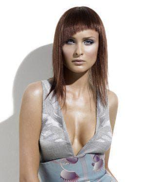 женская стрижка с косой челкой на средние волосы