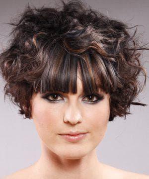 короткая вьющаяся причёска с чёлкой