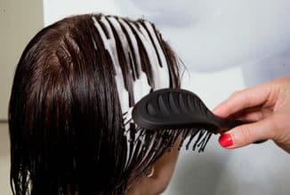 нанесение пены на волосы