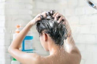нанесение шампуня на голову