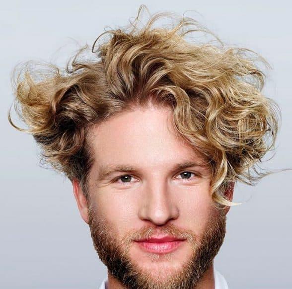 мужская стрижка андеркат на кудрявые волосы средней длины